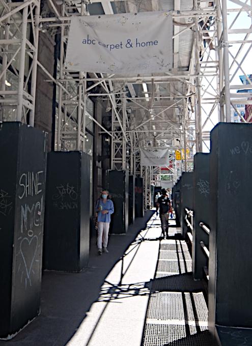 NYの街角に人々を笑顔にするハート・アート急増中、 Eva HustonさんのThe Chalk Jungle_b0007805_22091346.jpg