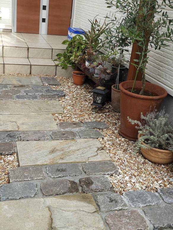 アプローチも楽しむ、暮らしの庭に。_e0356655_19150858.jpg