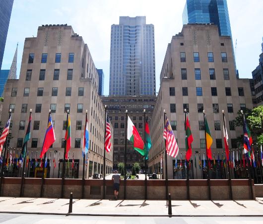 NYのロックフェラー・センターの192本の旗でアート展(The Flag Project)開催へ_b0007805_22045767.jpg