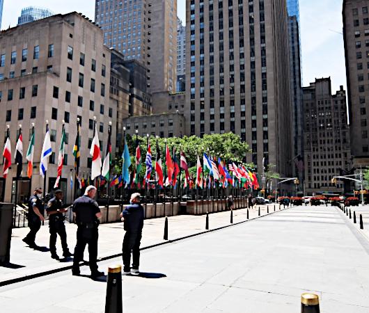 NYのロックフェラー・センターの192本の旗でアート展(The Flag Project)開催へ_b0007805_22051430.jpg