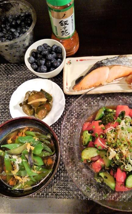 ■晩ご飯【焼き鮭/モロヘイヤとトマトのサラダ/野菜の卵綴じスープなど。】_b0033423_05304946.jpg