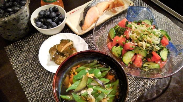 ■晩ご飯【焼き鮭/モロヘイヤとトマトのサラダ/野菜の卵綴じスープなど。】_b0033423_05310585.jpg