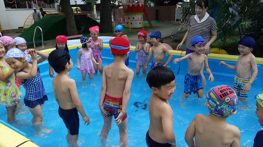 今日は、プール遊びをしました。_d0353789_11033066.jpg