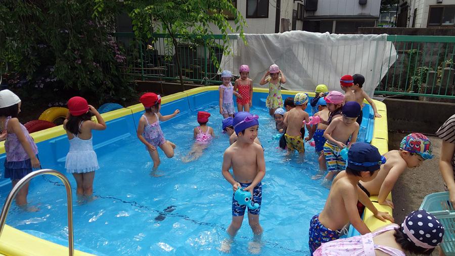 今日は、プール遊びをしました。_d0353789_11034105.jpg