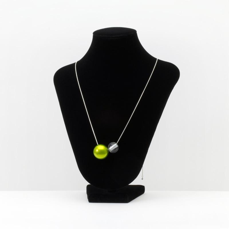坂本これくしょん 森の宝石 漆のアクセサリー ペンダント 木の実 アクリル ライムグリーン色 伝統工芸から生まれたプレミアムシリーズ 洗練されたデザインジュエリー SAKAMOTO COLLECTION Jewel of Forest accessorie NUT of URUSHI acrylic Lime Green Adjustable Cord 自然の中から編み出されてきた日本の伝統文化の中でも漆は森が生みだした宝物、アクリルの球体は独自の技法で中心より上部に穴を開け銀色粉を施し、魚眼レンズ効果で角度によりとても不思議なパワーを感じます。 #ペンダント #pendant #ネックレス #Necklace #デザインジュエリー #designjewelry #ライムグリーン #LimeGreen #軽いペンダント #森の宝石 #JewelOfForest #jewelry #プレミアムシリーズ #Premium