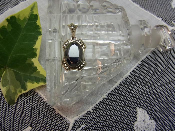 小さな黒ガラスのトップ_d0127182_17165353.jpg