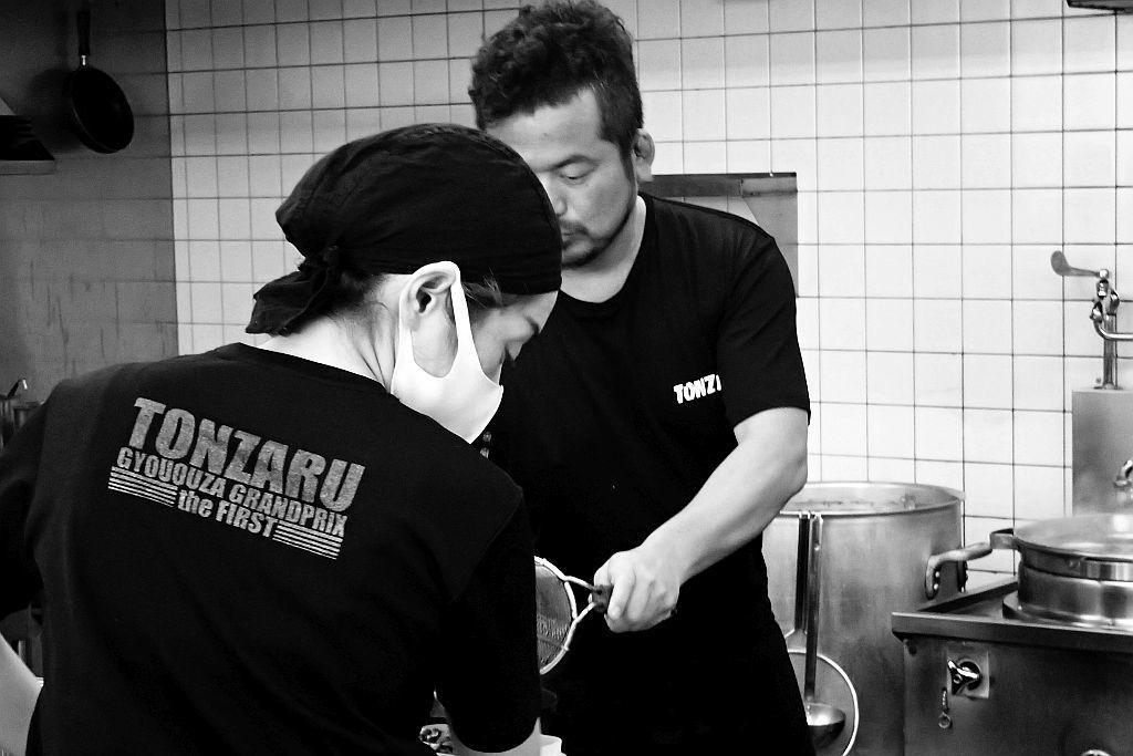 中野町「豚猿」で塩ラーメンと餃子_e0220163_16281186.jpg
