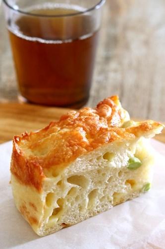 枝豆とチーズの厚焼きフォカッチャ_a0165538_09152425.jpg