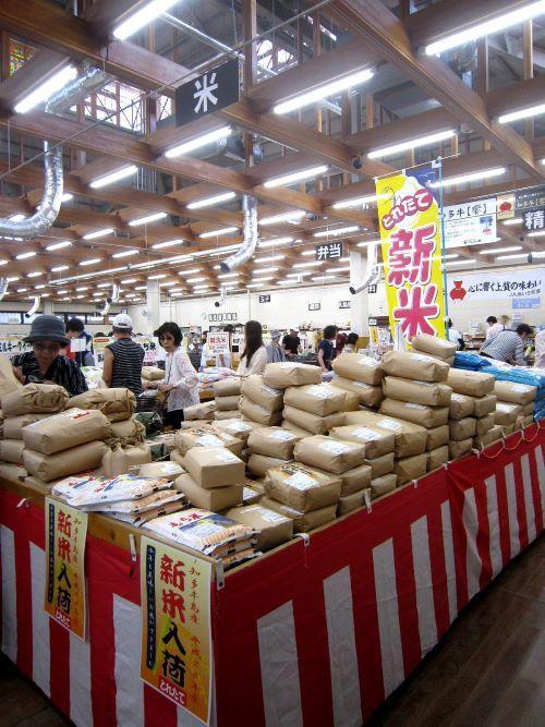 いよいよ「新米」の季節!対面販売ではお米の食べ比べも_c0141652_16471182.jpg