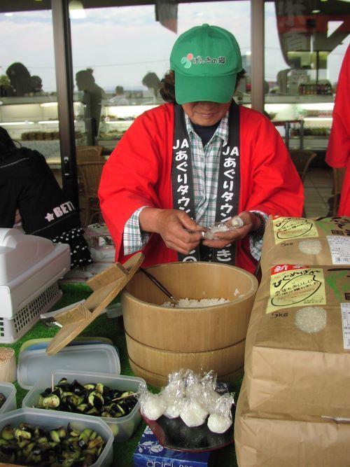 いよいよ「新米」の季節!対面販売ではお米の食べ比べも_c0141652_16472174.jpg