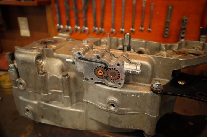 1972 XLH 1000 オイルポンプ組付け・キック回り組付け・エンジン搭載_a0248662_08144122.jpg