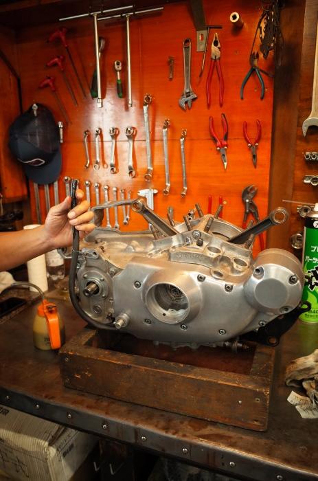 1972 XLH 1000 オイルポンプ組付け・キック回り組付け・エンジン搭載_a0248662_08150348.jpg