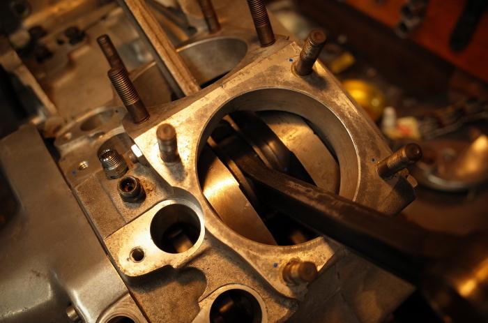 1972 XLH 1000 オイルポンプ組付け・キック回り組付け・エンジン搭載_a0248662_08150894.jpg