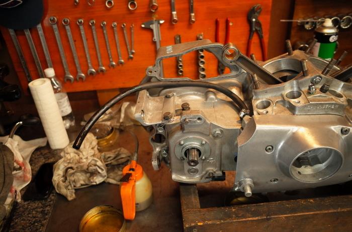 1972 XLH 1000 オイルポンプ組付け・キック回り組付け・エンジン搭載_a0248662_08151323.jpg