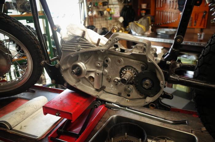 1972 XLH 1000 オイルポンプ組付け・キック回り組付け・エンジン搭載_a0248662_08162530.jpg