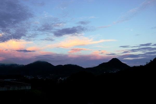 梅雨明けはまだか、一瞬の夕焼け_e0175370_09234874.jpg