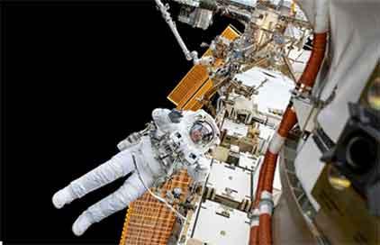 『国際宇宙ステーション(ISS)の外で船外活動』/ 画像_b0003330_18155658.jpg