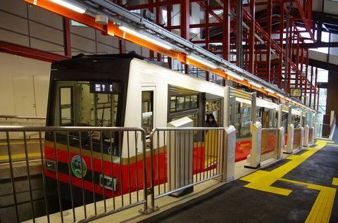 7/30 新しいケーブルカーと新しい早雲山駅を。_e0094492_19284044.jpg