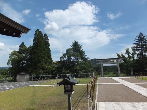 旧皇族、故東久邇盛厚氏の妻・佳子さん死去_b0398201_16381853.jpg