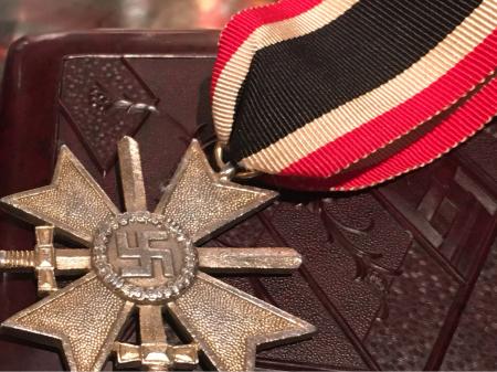 ナチスドイツ 二級剣付戦功十字章。_a0154482_21093270.jpg