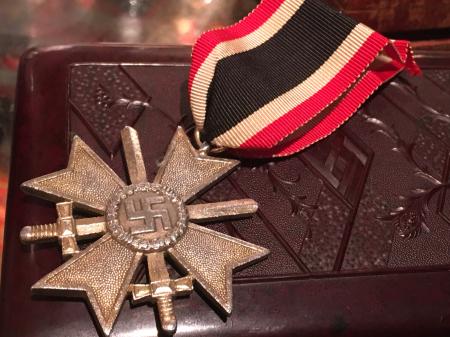 ナチスドイツ 二級剣付戦功十字章。_a0154482_21093300.jpg