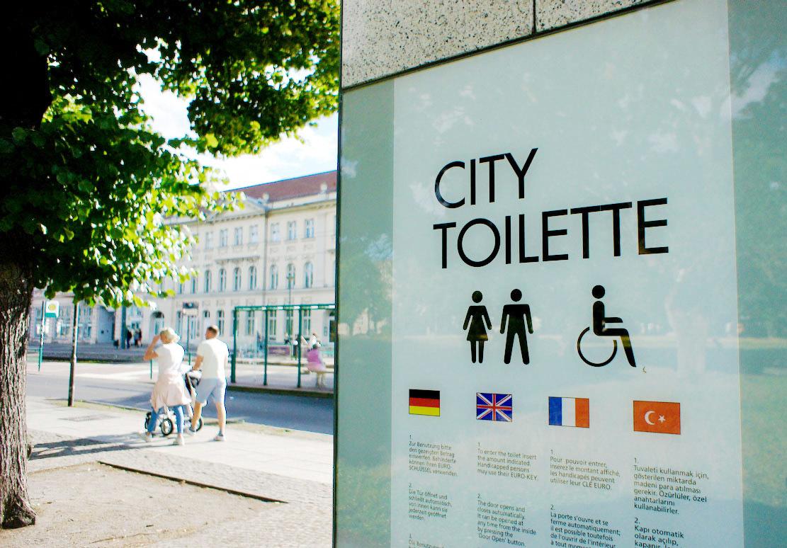 Potsdam 市の公共トイレのパネルが Futura_f0144064_23095826.jpg