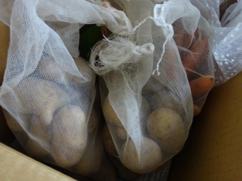 実家からの野菜2020 第2段!ジャガイモ三種、玉葱大量、他トマト・ピーマン・ズッキーニ・モロッコインゲン・人参_d0061678_11464532.jpg
