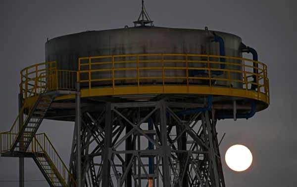 昭和飛行機の給水塔と満月_f0173596_00020801.jpg