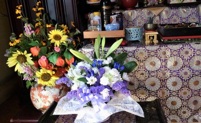 ■【お盆の入りでお供え御膳と 娘夫婦から届きましたお花のご紹介です♪】_b0033423_12304115.jpg