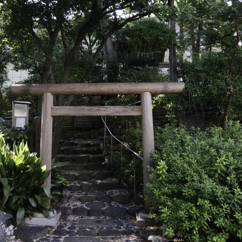 代官山にある登れる古墳「猿楽塚」_c0060143_04531175.jpg