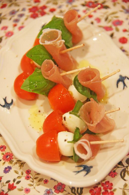 お魚の種類♪/ SDGs;落合陽一さん/ モッツァレラチーズ・生ハム・バジル・ミニトマトのピンチョスカプレーゼとパンケーキ/シュウメイギク・ダイアナ/ 名著100「モモ」_c0139591_03231202.jpg