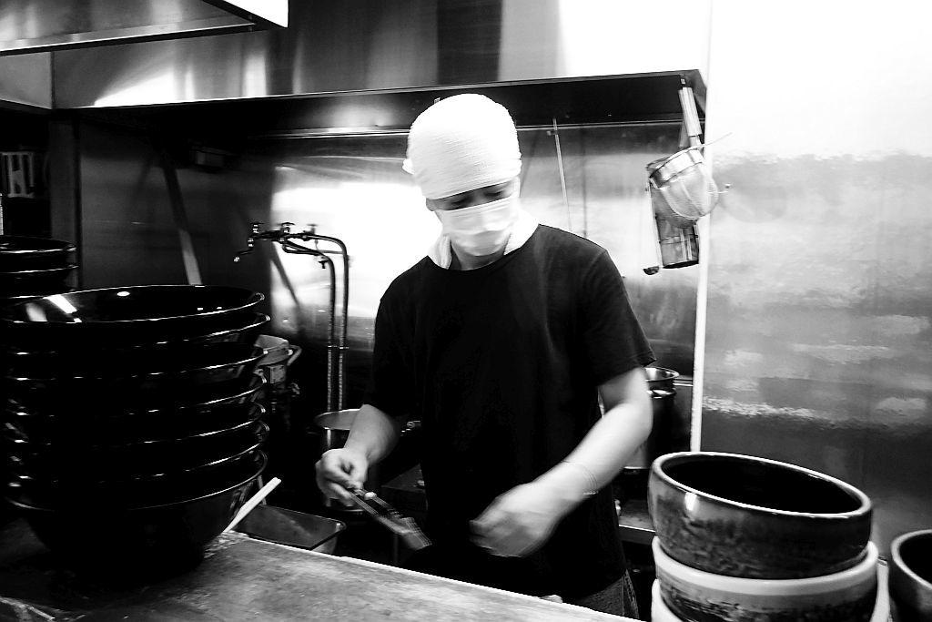 愛野「麵屋 破天荒」で黒つけ麺とチャーシュー丼_e0220163_13380975.jpg