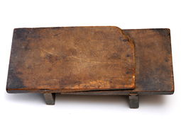 謎の古道具 木製の台_d0221430_17590615.jpg