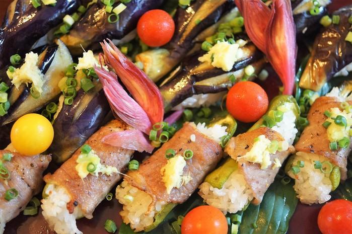 ■菜園料理【野菜寿司の握り・揚げ茄子とピーマンの肉巻き握り】_b0033423_162261.jpg