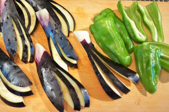 ■菜園料理【野菜寿司の握り・揚げ茄子とピーマンの肉巻き握り】_b0033423_16382990.jpg