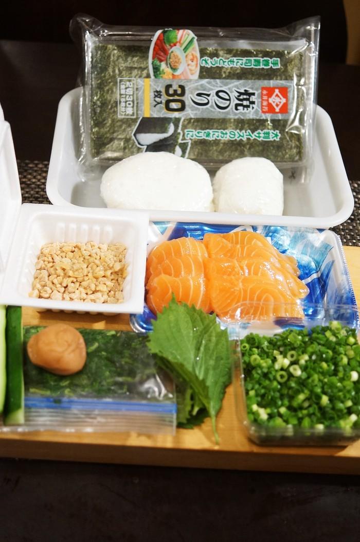 ■簡単な手巻き寿司【梅納豆胡瓜巻き/はみ出しサーモン巻き】_b0033423_1204348.jpg