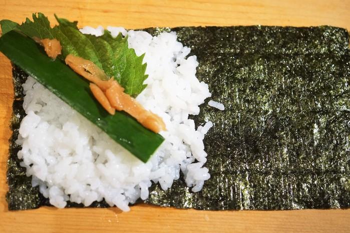 ■簡単な手巻き寿司【梅納豆胡瓜巻き/はみ出しサーモン巻き】_b0033423_12354656.jpg