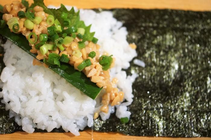 ■簡単な手巻き寿司【梅納豆胡瓜巻き/はみ出しサーモン巻き】_b0033423_12461570.jpg