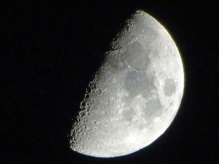 上弦の月_e0016894_10015339.jpg