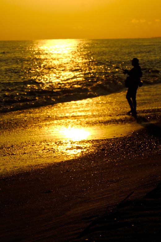 夕暮れと釣り人と_e0243382_06421815.jpg