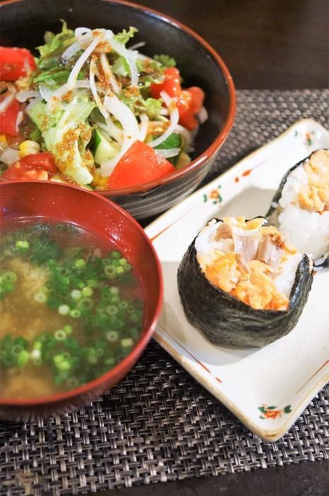 ■THE・朝ご飯【モリモリサラダ/鮭のおにぎり/モロヘイヤ納豆の味噌汁】_b0033423_19072265.jpg