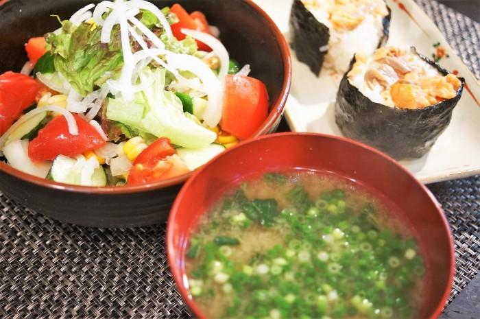■THE・朝ご飯【モリモリサラダ/鮭のおにぎり/モロヘイヤ納豆の味噌汁】_b0033423_19074826.jpg