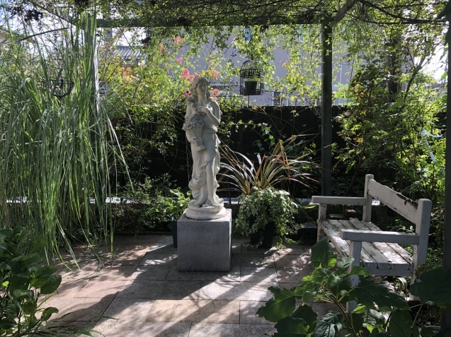 ガーデンハウスから見た「パンパスグラス」_a0243064_11575861.jpg