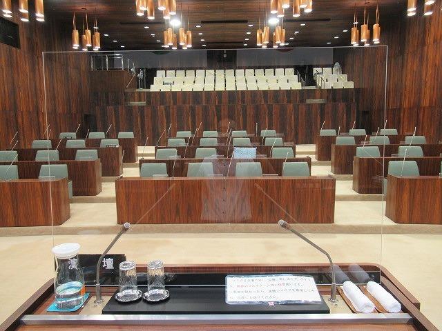 富士市議会9月定例会が開会 演壇には新コロ対策のアクリルパーテーションを設置_f0141310_07190295.jpg