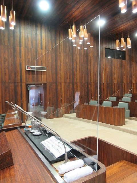 富士市議会9月定例会が開会 演壇には新コロ対策のアクリルパーテーションを設置_f0141310_07190915.jpg