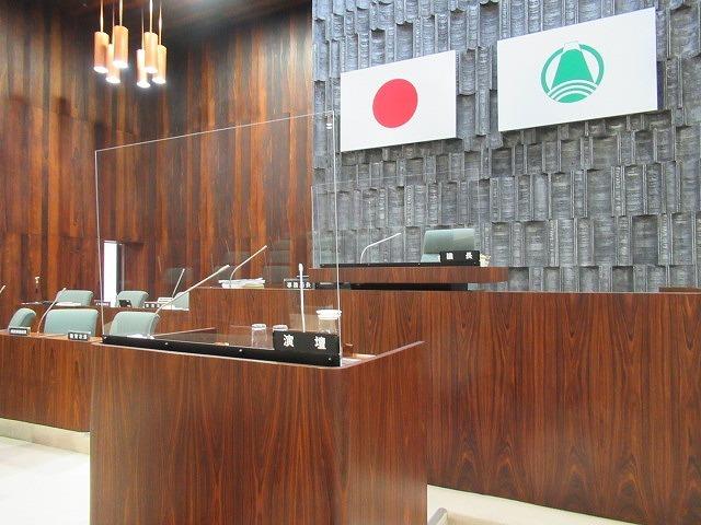 富士市議会9月定例会が開会 演壇には新コロ対策のアクリルパーテーションを設置_f0141310_07192943.jpg