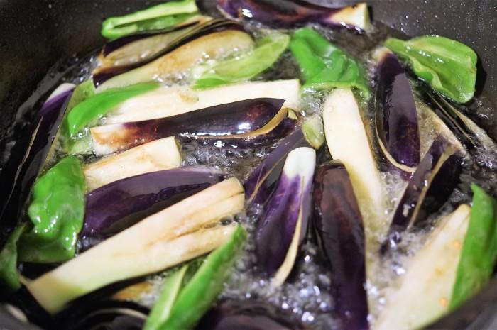 ■簡単5分!!菜園料理【茄子とピーマンの揚げ浸し2種のご紹介です♪】_b0033423_23340234.jpg