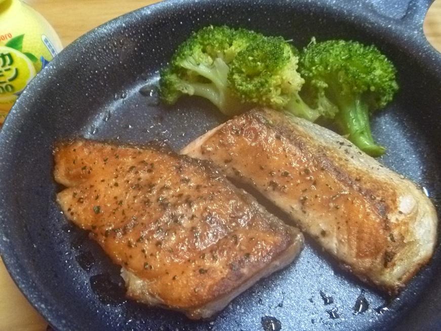 【お酒のアテ】安かった塩鮭、ムニエルっぽく焼いてみた_c0115197_17244650.jpg