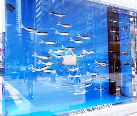 100万円ほどするルイ・ヴィトンの「アーティーカプシーヌ」バッグを引き立てるのは、魚(さんま?)_b0007805_01563244.jpg