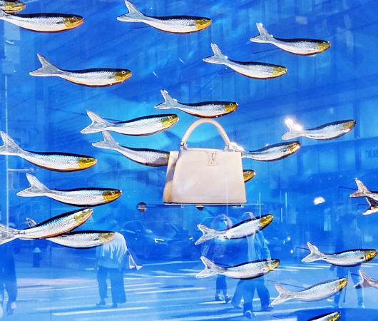 100万円ほどするルイ・ヴィトンの「アーティーカプシーヌ」バッグを引き立てるのは、魚(さんま?)_b0007805_02300910.jpg